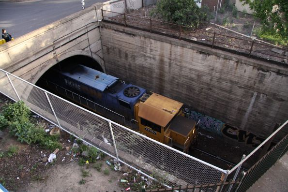 XR557 leads XR552 out of the Bunbury Street tunnel