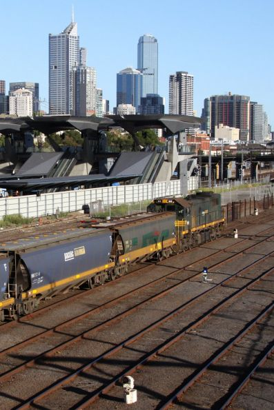 X43 shunting the consist back into the arrivals roads at Melbourne Yard