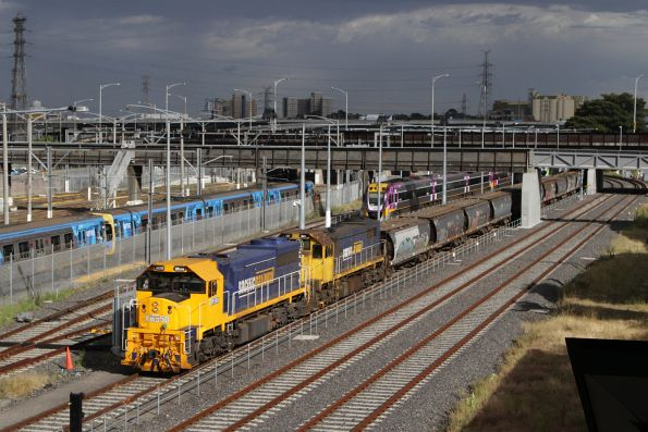 XR551 and X41 bring the loaded Kensington grain service into the goods siding at Melbourne Yard