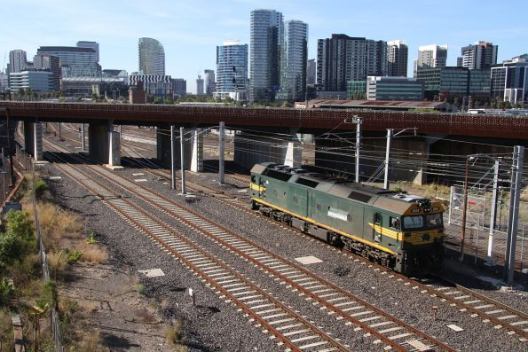 G529 runs around the consist at Melbourne Yard