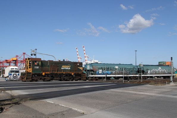 Y152 arrives at Dynon with a pair of WGSY grain wagons