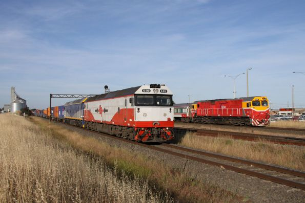 SCT liveried G512 leads CFCLA liveried G515 on MA2, overtaking N462 on a down Geelong service at Lara