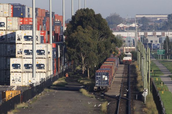 G512 and G515 shuffle around wagons in the loop at Swanson Dock West