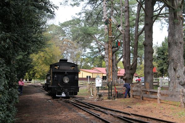 8A runs around the train at Gembrook's 'original' station