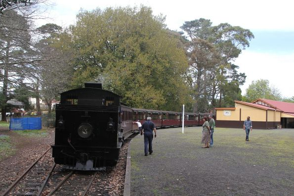 8A shunts the carriages back into Gembrook's 'town' station ready for departure time