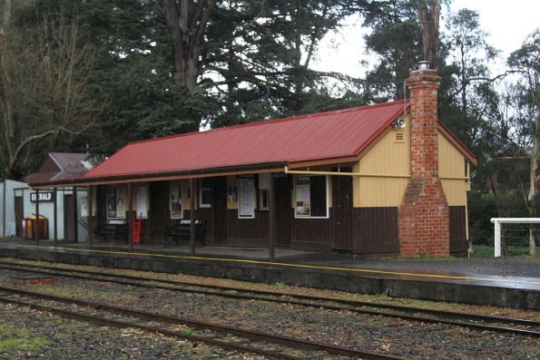 Station building and platform at Emerald station