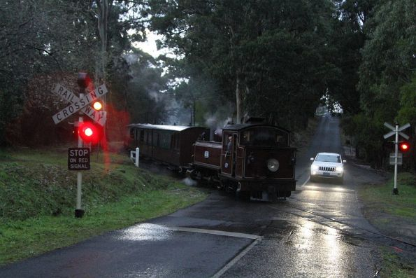 12NA crosses the School Road level crossing in Menzies Creek