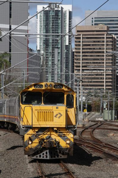 Locomotive 2501 leads a short 'Lander' train through Roma Street platform 8