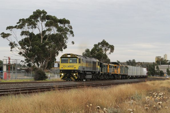 QBX002 leads 872, 864 and 8044 on Qube's MS7 northbound containerised cement train through Albion