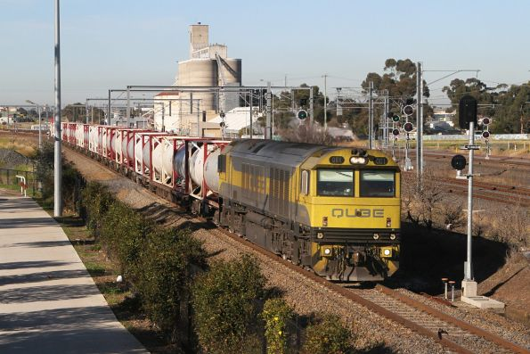 QBX001 leads the down Qube cement train through Sunshine
