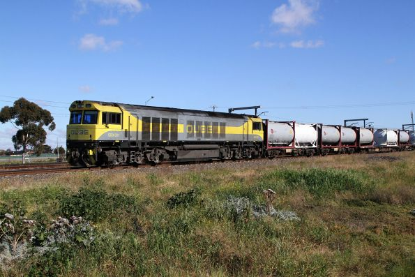 QBX001 leads SM7 up Qube cement train through Sunshine