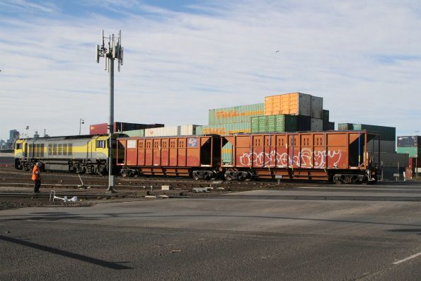 QBX006 transfers hopper wagon pair CGGY 7002 at South Dynon