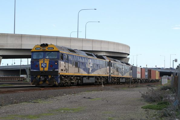 G512 leads G515 on the up Qube hay train into the Victoria Dock sidings
