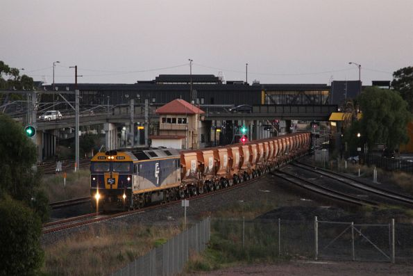 Now operated by Qube, G512 leads the empty Apex train through Sunshine from Brooklyn to Kilmore East