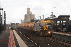 G515 leads the down Apex train ex-Brooklyn through Sunshine, bound for Kilmore East