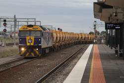 G512 leads the Kilmore East bound Apex train onto the mainline at Sunshine