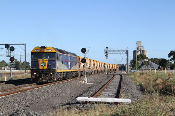 G515 leads the down Apex train through Sunshine, bound for Kilmore East
