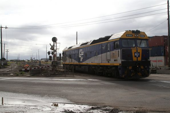 G512 heads light engine from Dynon to Brooklyn via the Tottenham flyover