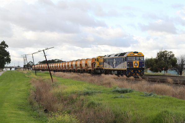 G512 and T386 lead the up loaded Apex train towards Albion Loop