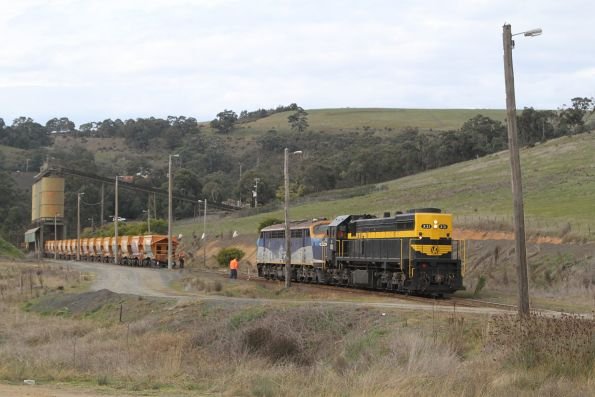 X31 and B76 run around the empty hopper wagons at Kilmore East