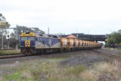 G512 leads the empty Apex train through Sunshine bound for Kilmore East