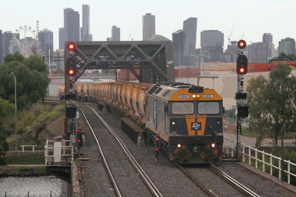 G515 leads the empty Apex train into the Bunbury Street tunnel