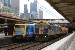 G512 leads the up empty Apex train from Westall through Flinders Street track 9A
