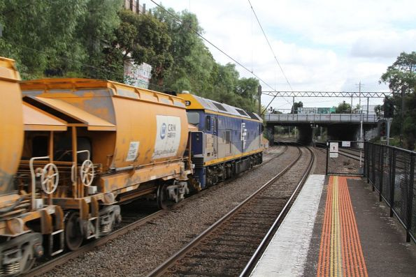 G512 leads the up empty Apex train ex-Westall through Toorak station