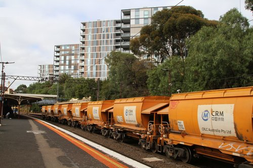 Up empty Apex train from Westall passes through Toorak station