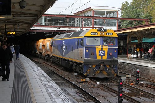 G512 leads the westbound empty Apex train ex-Westall through Flinders Street Station