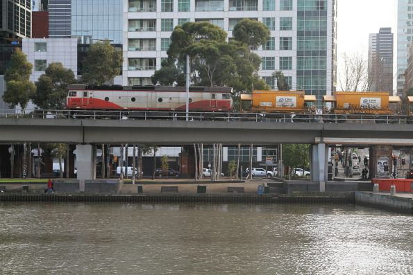 G532 leads the up empty Apex train across the Flinders Street Viaduct
