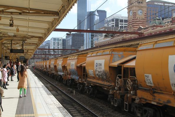 G521 leads the up empty Apex train through Flinders Street