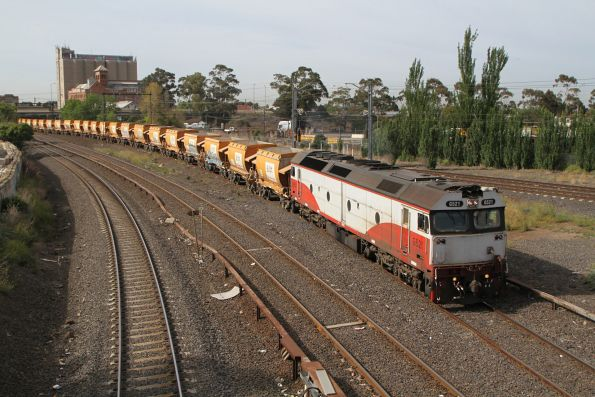 G521 heads onto the goods lines at Albion with the down empty Apex train bound for Kilmore East