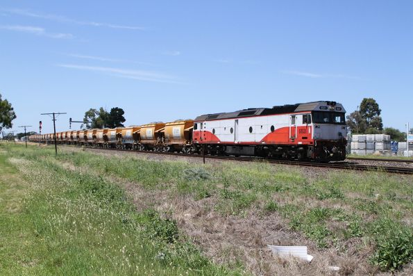 G521 leads the up loaded Apex train into Albion Loop