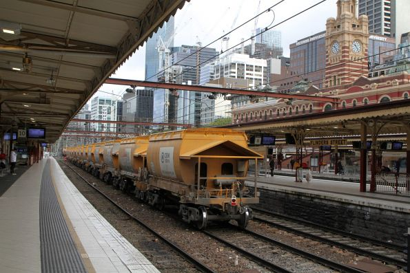 G515 leads the up empty Apex train ex-Westall through Flinders Street Station