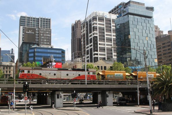 G532 leads the up empty Apex train ex-Westall over the Flinders Street Viaduct