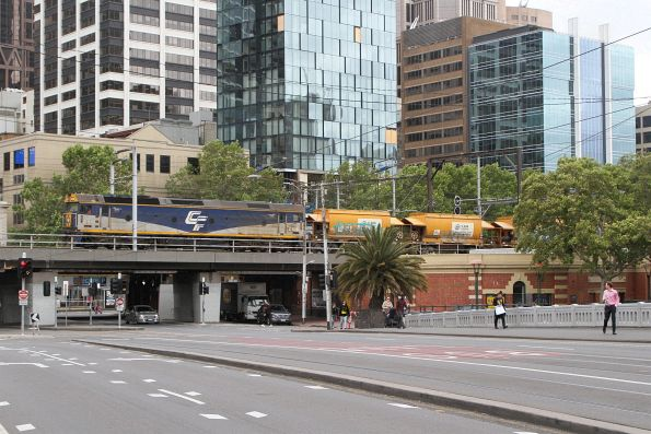 G515 leads an empty Apex train from Westall west over the Flinders Street Viaduct