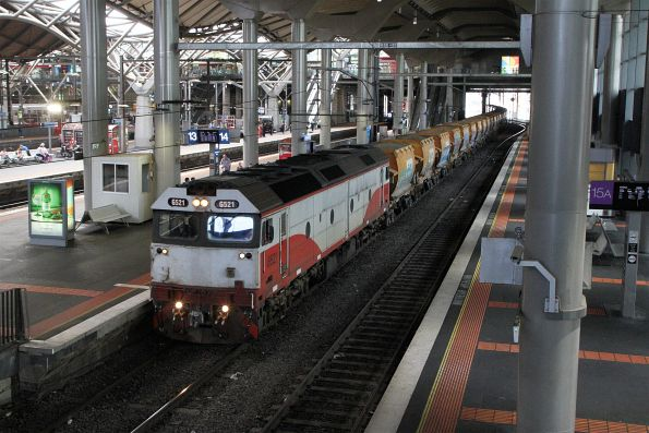 G521 leads the down empty Apex train ex-Westall through Southern Cross bound for Kilmore East