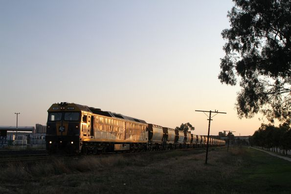 G515 waiting at Albion Loop on the down Apex train