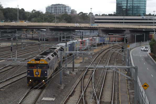 G515 and VL362 lead the up Maryvale train outside Flinders Street Station