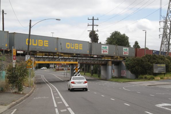 Up Maryvale freight arrives at North Dynon