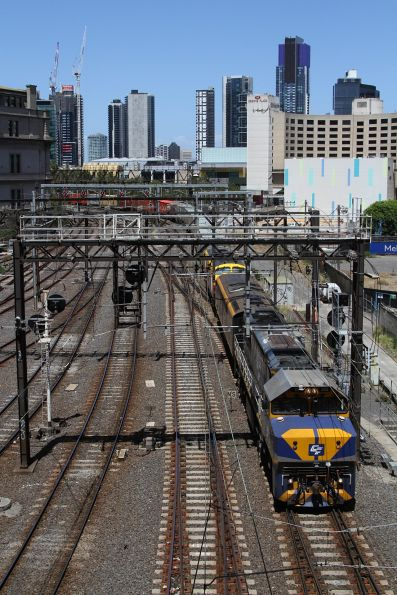 VL356 leads S303 and B75 on the up Maryvale freight at Southern Cross