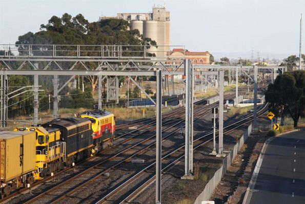 B75, S303 and T386 lead the Qube down Tocumwal freight out of Sunshine