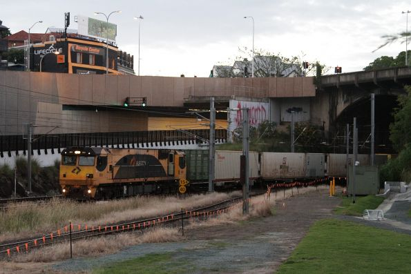Aurizon 2833 leads an intermodal service off the Exhibition Loop at Roma Street