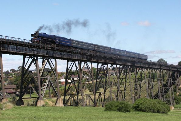 Steamrail - R711 test run to Seymour, October 2011