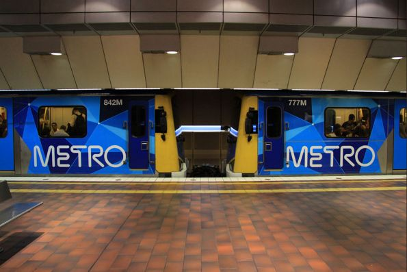 The two variants of the Metro livery on the Siemens (Look above the