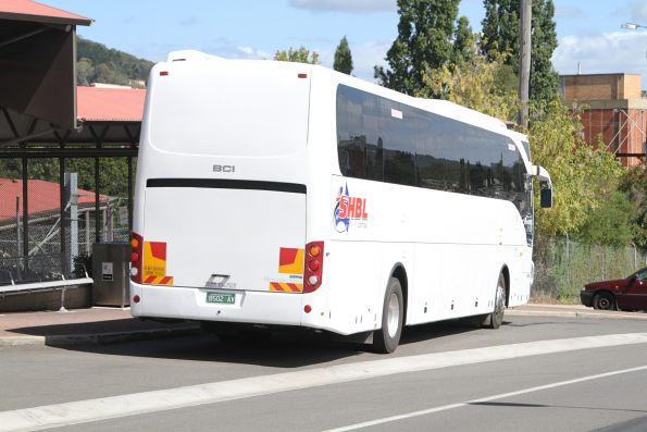 Swan Hill Bus Lines coach BS02AV at Lithgow station