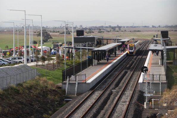 Looking down on Tarneit station from the Derrimut Road overbridge