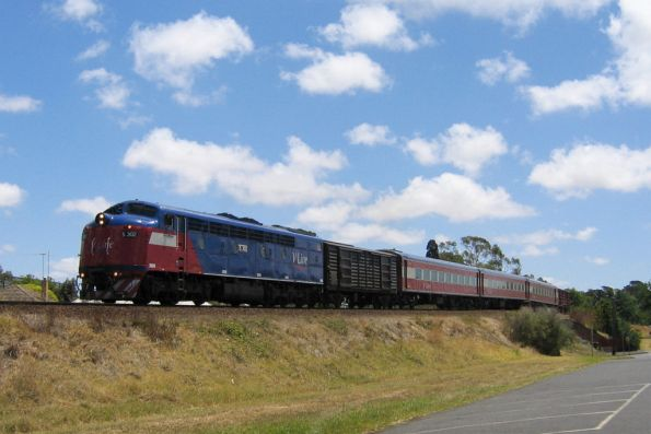 S302 approaches South Geelong on the 1220 down Warrnambool service