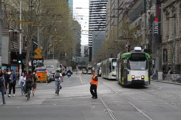 Z3.171 turns from Swanston into La Trobe Street on a diverted route 1 service
